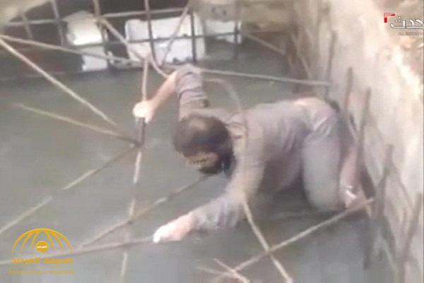 """حباً في الحياة و خوفاً من الموت … شاهد : هروب دواعش من فتحات """"الصرف"""" بسوريا بعد أن داهمتهم السيول !"""
