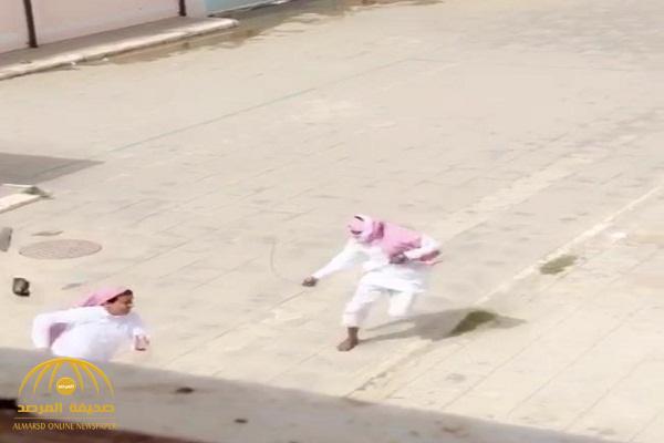 أول تعليق لتعليم عسير على فيديو مطاردة معلم وضربه للطلاب في فناء مدرسة