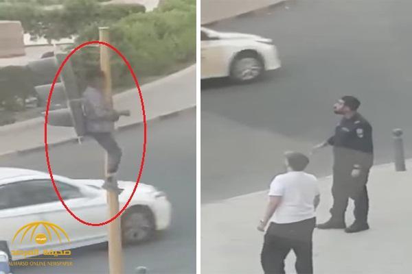 شاهد .. شخص يستقر أعلى إشارة مرورية في الكويت !