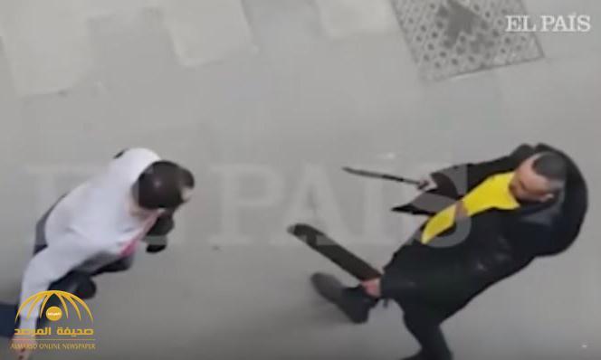 بالفيديو .. معركة  بالسيوف والسكاكين بين شاب مغربي وآخر جزائري في إسبانيا