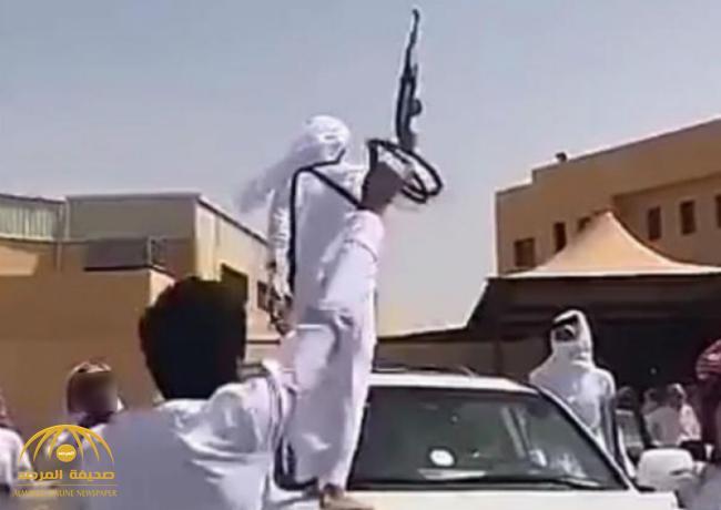 بالفيديو : طالب ثانوي يحضر حفل تخرجه بسلاح رشاش .. و«التعليم» تعلق