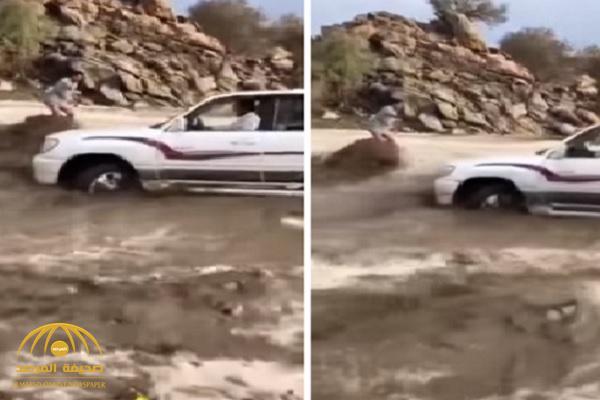 بالفيديو.. شاب تحاصره السيول بالطائف وهكذا انقذ نفسه !