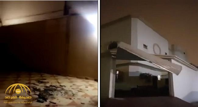 شاهد .. سقوط واجهات منازل وتطاير باب بسبب الأمطار والرياح في الرياض
