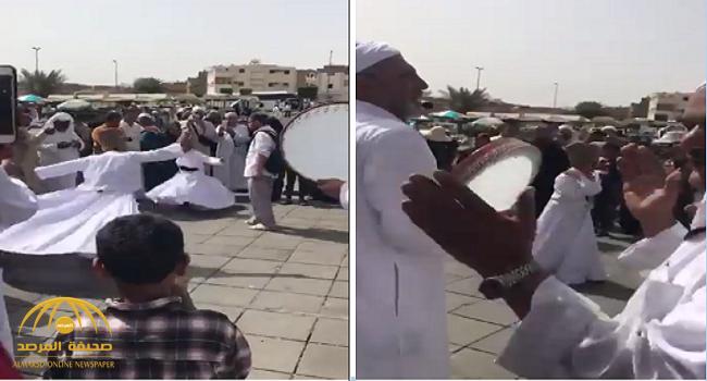 """شاهد: معتمرون يرقصون وينشدون """"طلع البدر علينا"""" تحت قرع الطبول أمام مسجد قباء بالمدينة"""