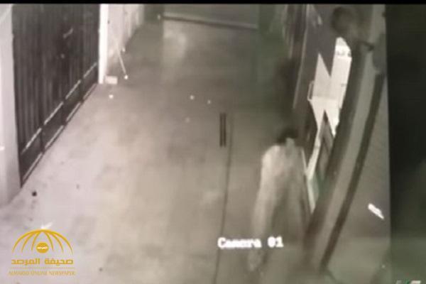 بالفيديو.. عصابة آسيوية تسطو على محل جوالات ببريدة وهذه حصيلة المسروقات!