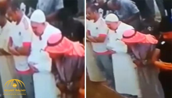 فيديو.. شاهد كيف تجاهل مصلون لحظة وفاة مسن أثناء تأديته الصلاة في مسجد بالأردن!
