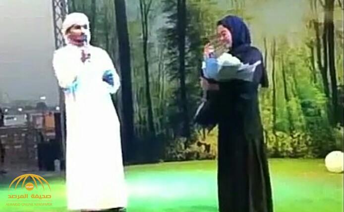 بالفيديو: إعلامي يخطب زميلته على المسرح أمام الجمهور بالإمارات.. وهكذا علق المغردون!