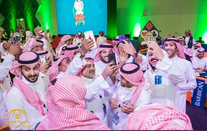 """القوس ينشر صورة """"آل الشيخ"""" مع الجمهور في بطولة المملكة للبلوت.. وهكذا علق المغردون"""