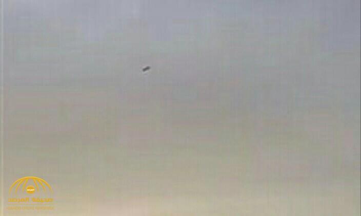 شاهد.. فيديو  يرصد لحظة سقوط أحد أجزاء الصاروخ الحوثي في الرياض