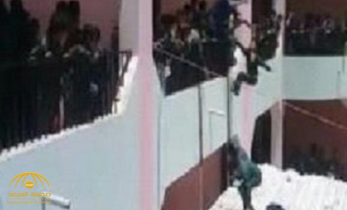 بالفيديو .. مدير مدرسة يمنية يلقي الطلاب من الطابق الثاني