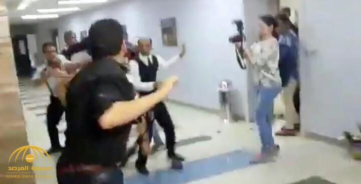 """شاهد.. مضاربة جماعية في حفل الفنان """"تامر حسني"""" بالقاهرة"""