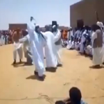 شاهد.. ردة فعل رجل حاول آخر إجباره على ربط الشال والرقص في حفل زفاف بالسودان!