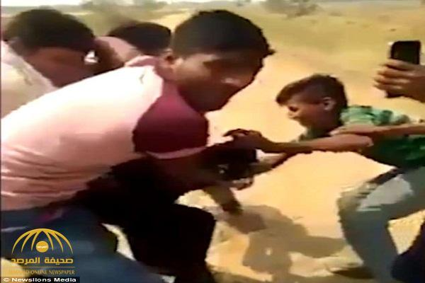 فيديو .. فتاة هندية تتعرض لاغتصاب جماعي وتمزيق ملابسها من مراهقين