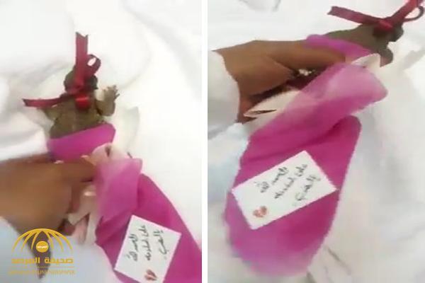 شاهد .. شخص يقدم ضب هدية  لشاب منوم في مستشفى !