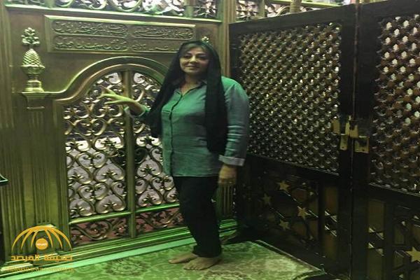 ممثلة مسيحية شهيرة  تفاجئ الجميع بصورتها بالحجاب داخل مسجد  السيدة نفيسة في القاهرة.. وهكذا علقت!