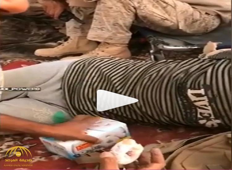 بالفيديو: لحظة وقوع قيادي حوثي أسيرًا وهو يجهش بالبكاء.. شاهد: ماذا فعلت معه القوات السعودية؟