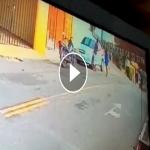 شاهد.. امرأة تراقب زوجها وعشيقته في الشارع.. ولحظة دخولهما للمنزل كانت المفاجأة!