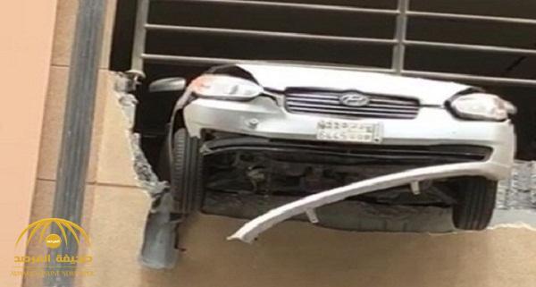بالصور .. حادث غريب لسيارة تخترق جدران عمارة بالخبر !