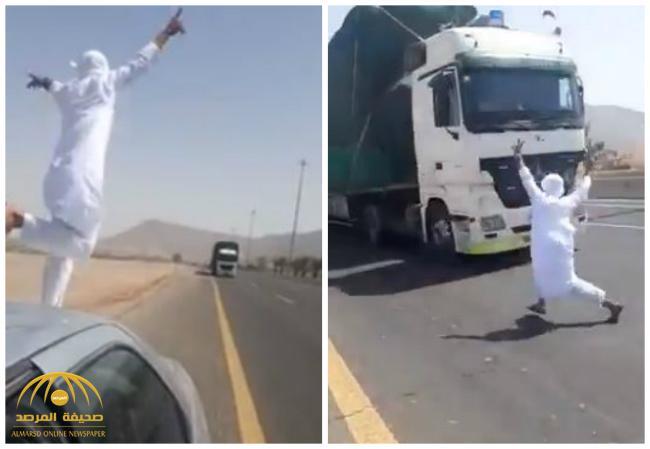 حاول الاستعراض أمام شاحنة مسرعة .. شاهد .. شاب مغامر ينجو من الموت بعد حركة غريبة على الطريق السريع