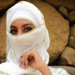 فتاة ملثمة في معرض سعودي بطاجيكستان تأسر قلوب الزوار.. هذه قصتها! -صور