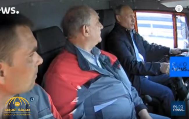 شاهد.. «بوتين» يقود حافلة ويستفز النشطاء الأوكرانيين المعارضين!