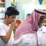 شاهد ردود فعل المتسوقين بعد مهاجمة شباب لعجوز في متجر!