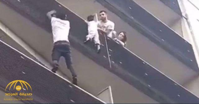 شاهد مهاجر إفريقي في فرنسا يتسلق بناية لإنقاذ طفل