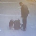 بالفيديو: تركي يعتدي على زوجته في شارع بإسطنبول .. فجاء الرد سريعا من أحد المارة!