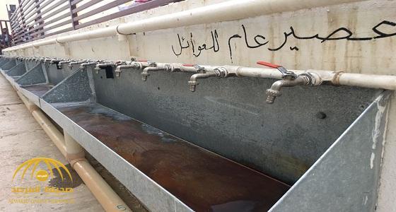 شاهد.. صائمون في جامع  الأمير عبد الله في الرياض يشربون القهوة والعصير بطريقة غريبة!