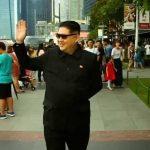 شاهد بالفيديو: شبيه  زعيم كوريا الشمالية نسخة طبق الأصل يتجول في سنغافورة