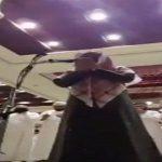 """بالفيديو .. """"مسحور"""" يصرخ ويبكي أثناء الدعاء على السحرة بصلاة التراويح في الإمارات"""