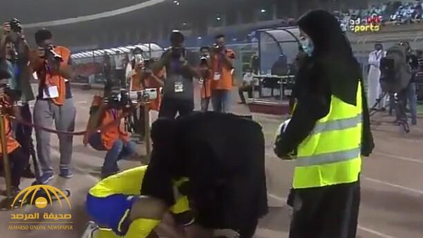 شاهد.. الهريفي يقبل قدم والدته في حفل اعتزاله .. ووالدته تبكي!