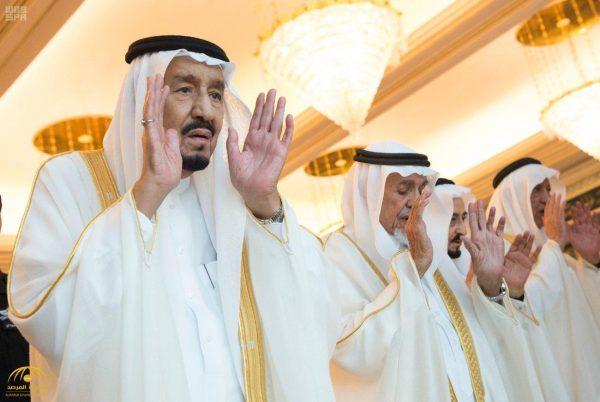 بالصور .. خادم الحرمين يؤدي صلاة العيد مع جموع المصلين بالمسجد الحرام