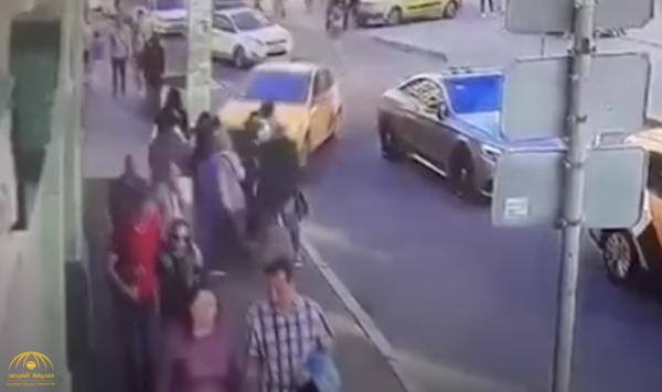 شاهد بالفيديو .. اللقطات الأولى لدهس المارة في روسيا بواسطة سيارة أجرة