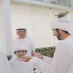 من بين جميع الحضور.. شاهد: عصفور يتنقل بين رأس حاكم دبي وولي عهده.. وهذه ردة فعلهما!