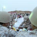 """الأمير """"محمد بن عبد العزيز""""  يشارك الجنود المرابطين إفطار رمضان- صور"""