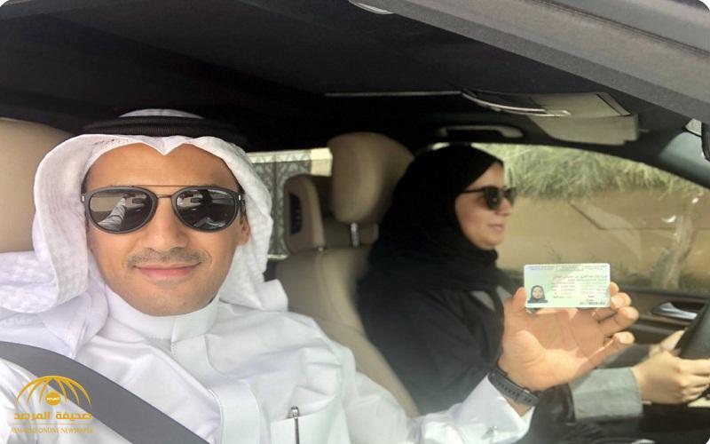 """بالفيديو .. مواطن يجلس بجانب زوجته في أول يوم قيادة لها .. ويعلق : """"المدام توصلني الدوام"""""""
