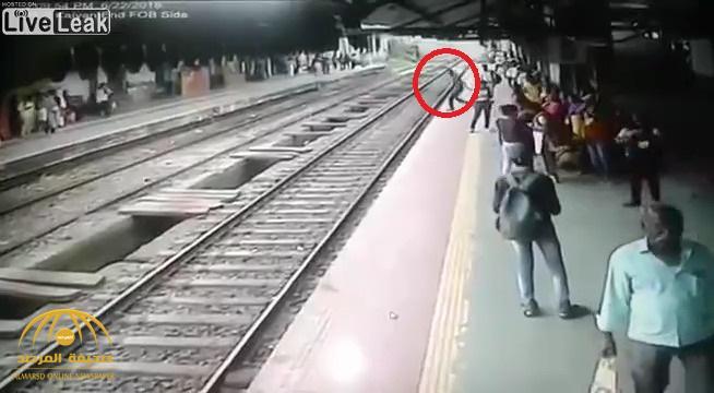 شاهد: لحظة انتحار رجل بإلقاء نفسه أسفل عجلات القطار في الهند!
