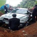 كلفته 88 ألف دولار.. شاهد بالصور :  نيجيري ثري يقبر والده داخل سيارة فارهة