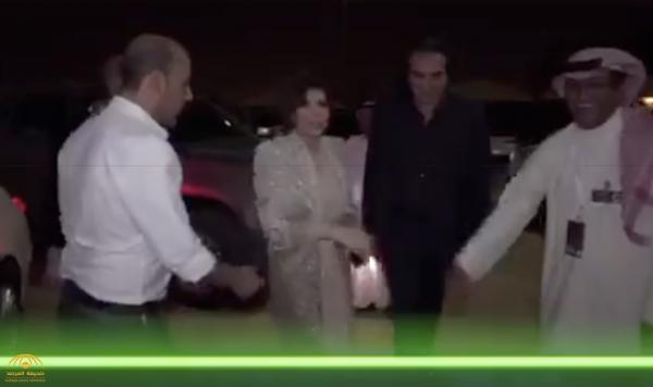 """شاهد.. لحظة وصول الفنانة """"أصالة""""  لمسرح الملك فهد الثقافي في الرياض لإحياء حفلها الأول بالمملكة"""
