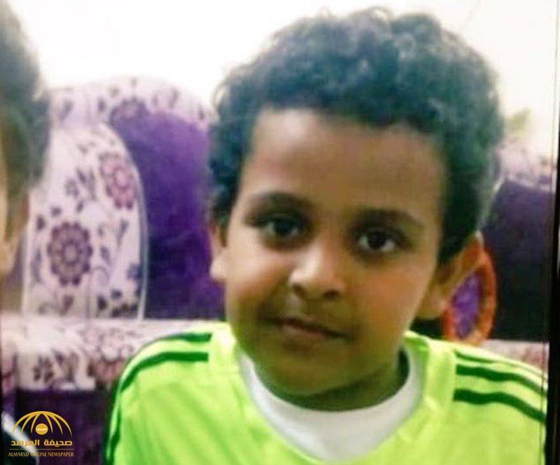 """أول من شاهده.. ابن خال الطفل المقتول حرقًا بـ """"القنفذة"""" يروي تفاصيل العثور على جثمانه داخل مسجد"""
