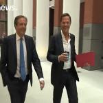 شاهد: ردة فعل رئيس وزراء هولندا بعد سقوط كوب القهوة من يده!