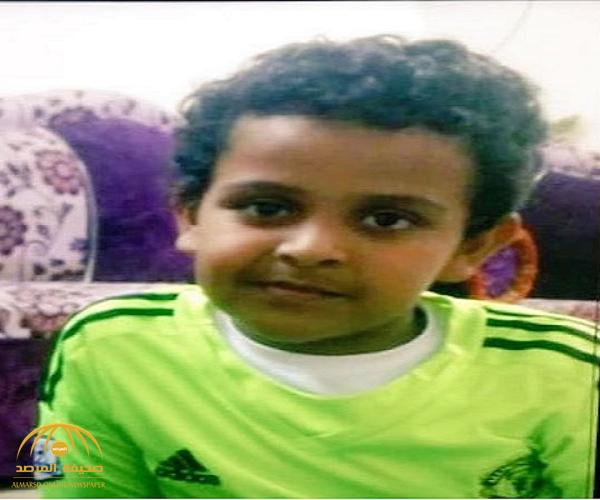 العثور على الطفل  المفقود داخل مقبرة مقتولاً حرقاً بالنار بالقرب من منزل أسرته بالقنفذة !