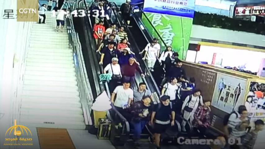 شاهد .. لحظة انهيار سقف بناية على عشرات الأشخاص في الصين