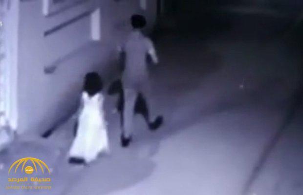 بالفيديو .. رجل يختطف طفلة في السادسة ويغتصبها ثم يهشم رأسها