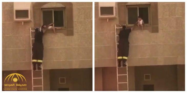 شاهد .. كيف  تمت عملية  إنقاذ طفل علق خارج نافذة عمارة