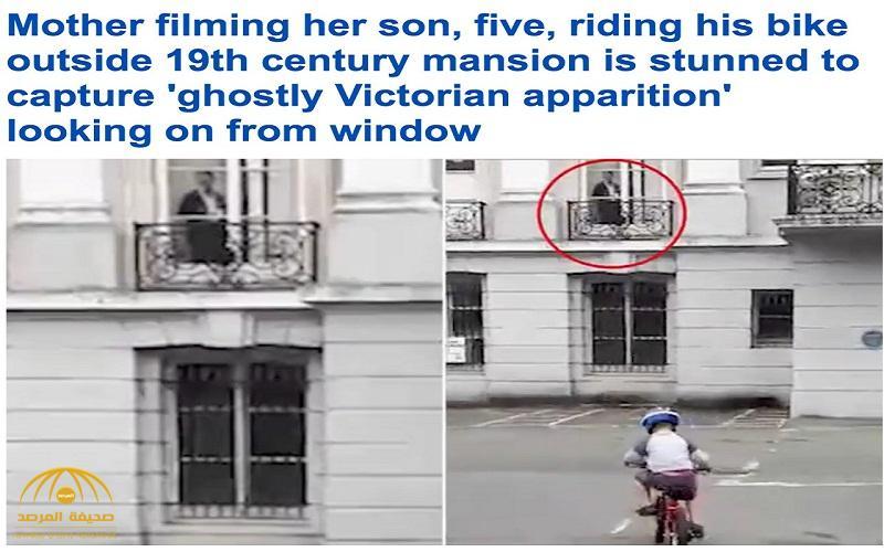 شاهد .. فيديو صادم لأم تلتقط صورة شبح يراقب ابنها وهو يلعب بالدراجة