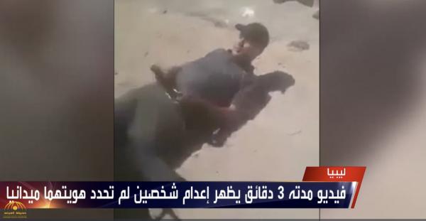 فيديو صادم.. شاهد: إعدام وحشي لشخصين في الشارع العام في ليبيا