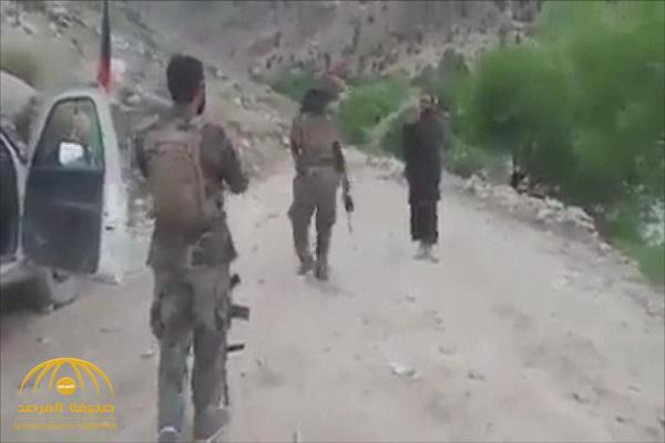 شاهد..  أحد عناصر طالبان يرقص على أنغام الموسيقى!