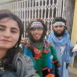 شاهد بالصور.. امرأة غير محجبة تفاجئ عناصر طالبان وتلتقط معهم صورة سيلفي للمرة الأولى!